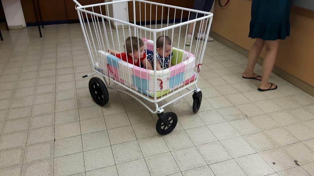 תאומים בעגלול לתינוקות
